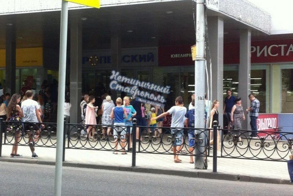 Вышедшие на улицу люди некоторое время ждали развязки событий недалеко от входа в торговый центр. Фото: https://vk.com/26stav
