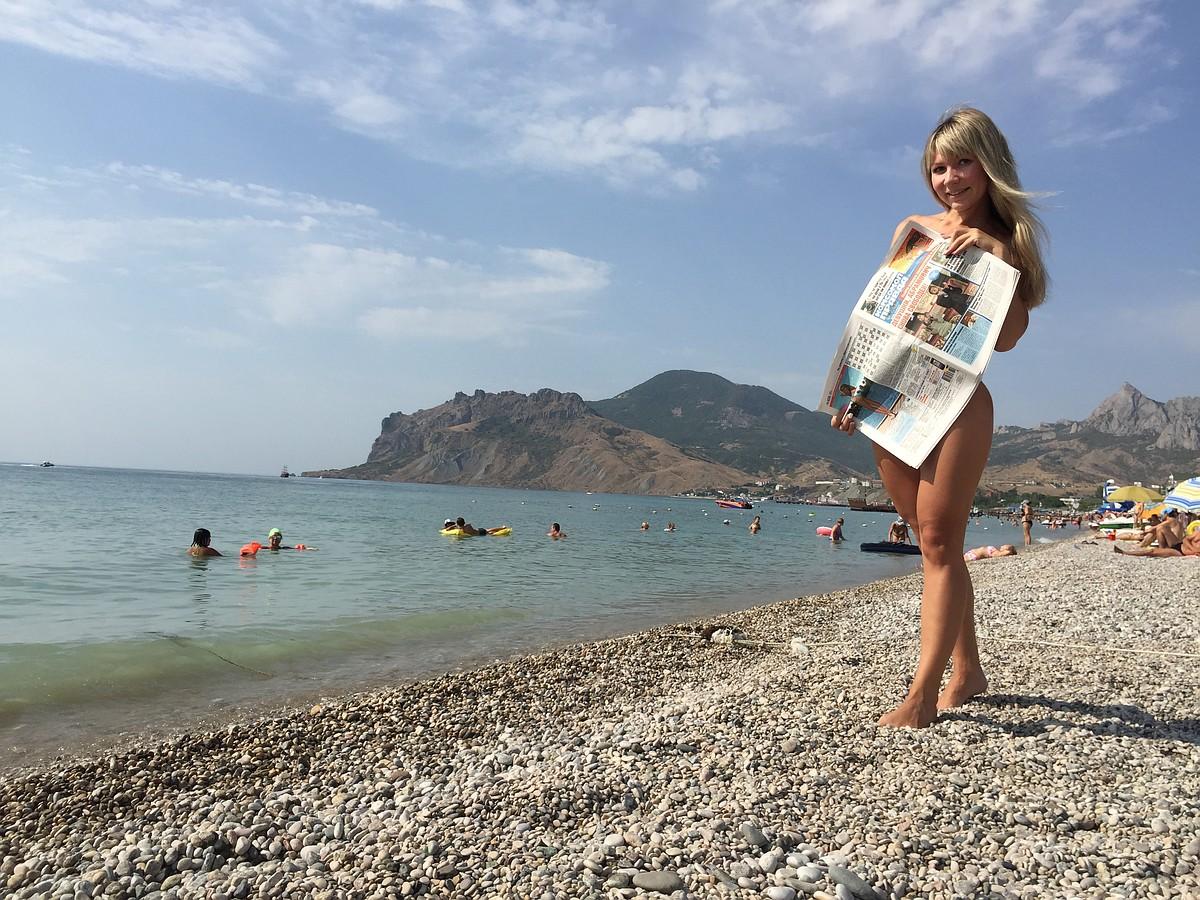 Пара голеньких подруг отдыхает на нудистском пляже