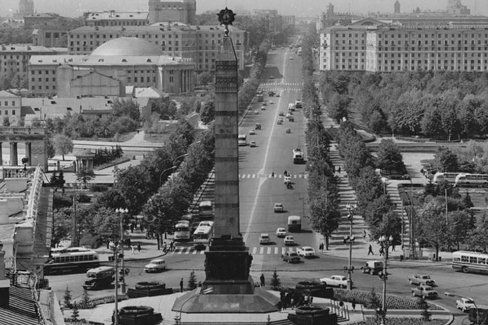 До ноября 1958 года Площадь Победы имела название Круглая площадь