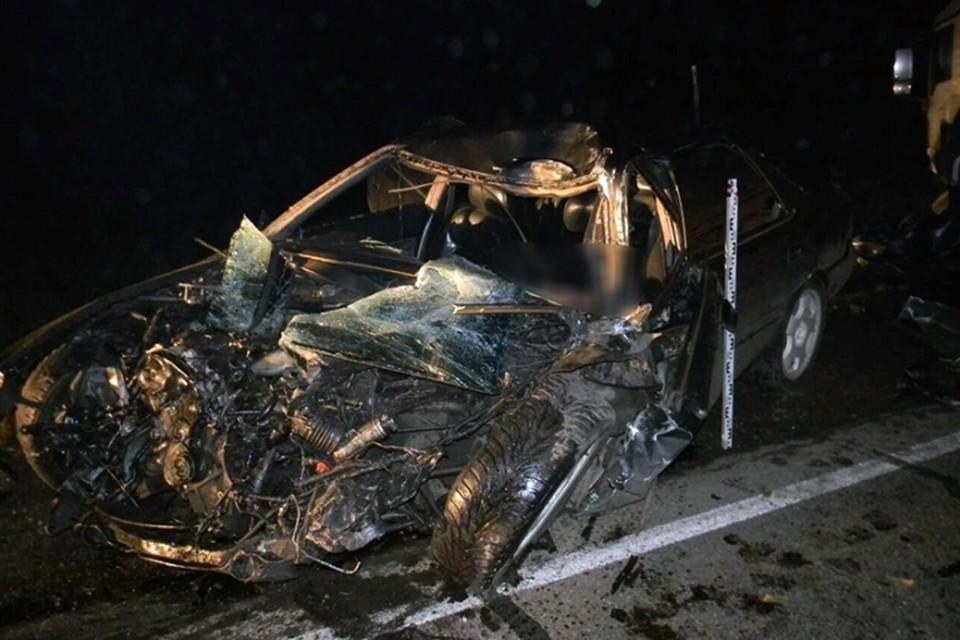 В сеть попали шокирующие фото смертельного ДТП в Нижнеудинске: Honda Saber врезался в грузовик Man
