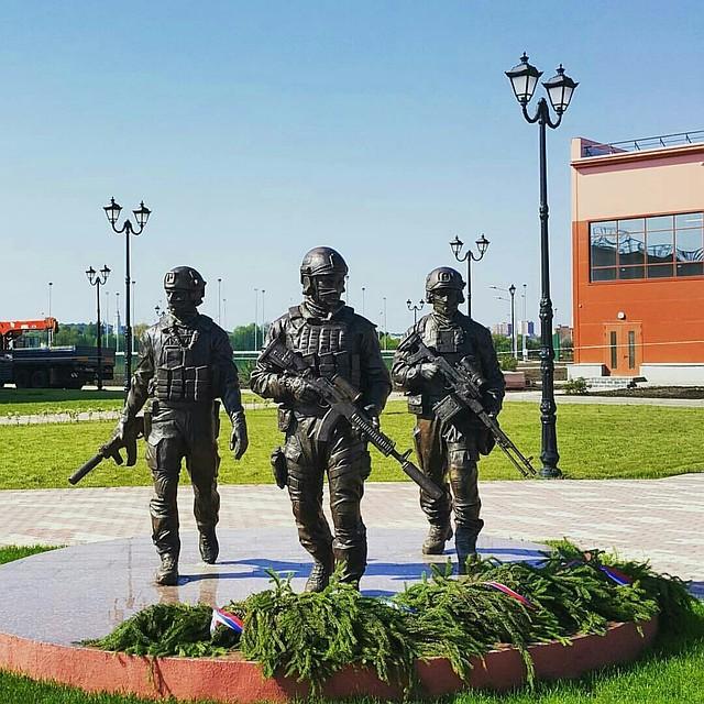 Памятник вежливым людям тула изготовление памятников на заказ уфа
