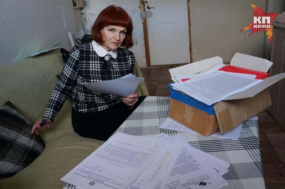 Лидия Ермоленко решила «заморозить» отделку квартиры и вот уже 10 лет живет в окружении серых стен, коробок и кип с бумагами