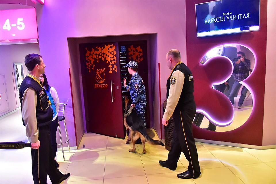 """Перед сеансом """"Матильды"""" в одном из кинотеатров Новосибирска."""