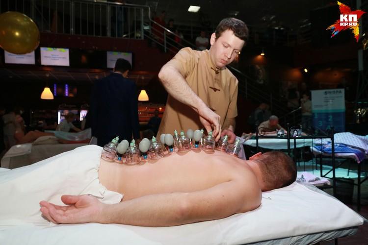 Каждый из массажистов представил свою технику выполнения массажа. В ход шли японские веники, скалки, биты, вакуумные банки, мед, использовалось тейпирование.