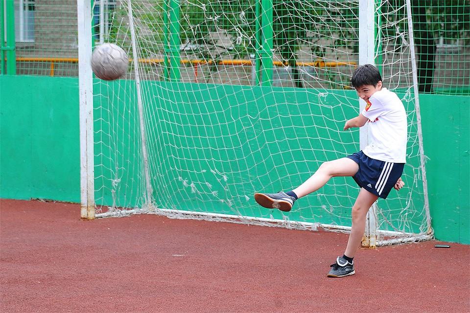 """Футбольных """"коробок"""" во дворах Москвы хватает. Но на многих из них играют на них нечасто, несмотря на шаговую доступность."""
