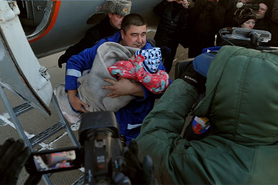 В Хабаровск для обследования и лечения спецбортом МЧС доставили трехлетнюю Жасмину Леонтьеву