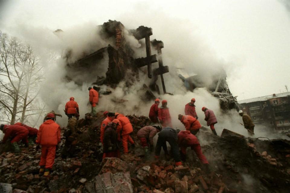 """Спасатели разбирают завалы разрушенного """"Русланом"""" дома по улице Гражданская, 45."""