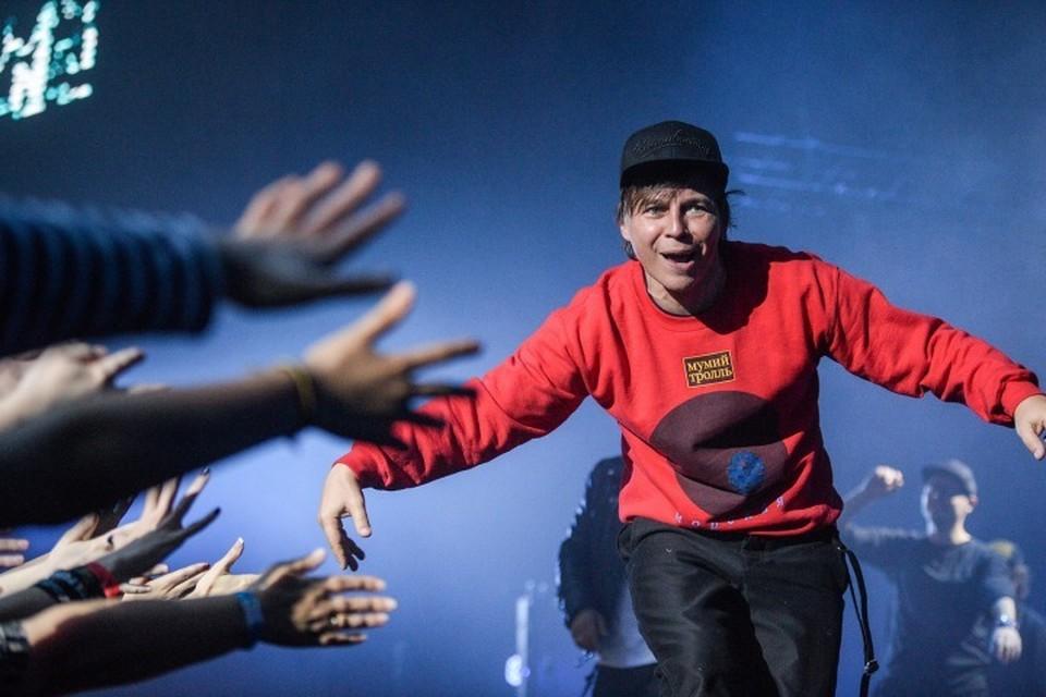В Москве Лагутенко выступал в свитере, выпущенном группой «Мумий Тролль» совместно с модным дизайнером Гошей Рубчинским. Купить такой можно будет и в Калининграде.