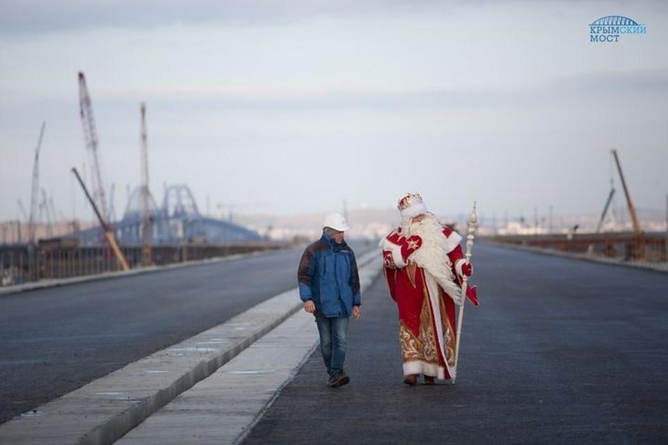 На Крымский полуостров Дед Мороз перешел по мосту: часть маршрута - по готовым пролетам, остальную - по рабочим мостам и техноплощадкам. Фото: инфоцентр «Крымский мост»