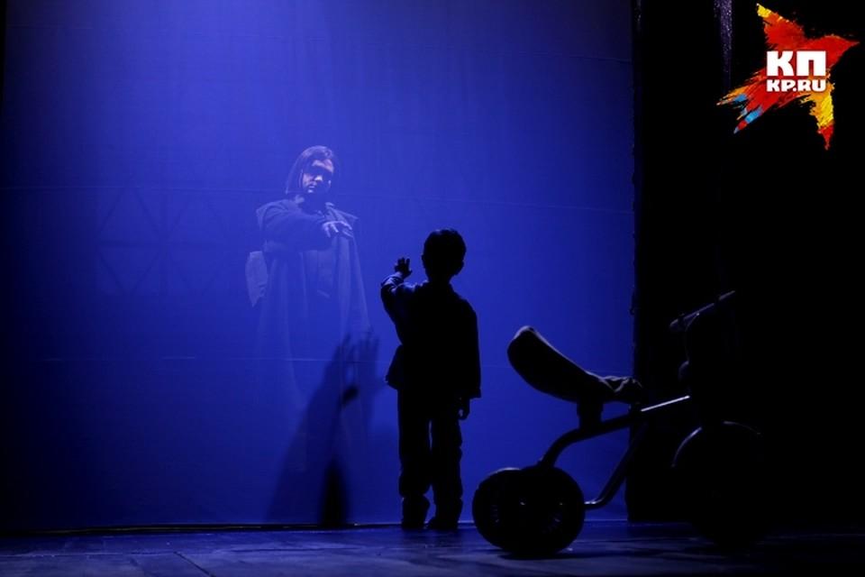 Символично, что в спектакле сыграли отец и сын - Тарас и Лев Кузьмины