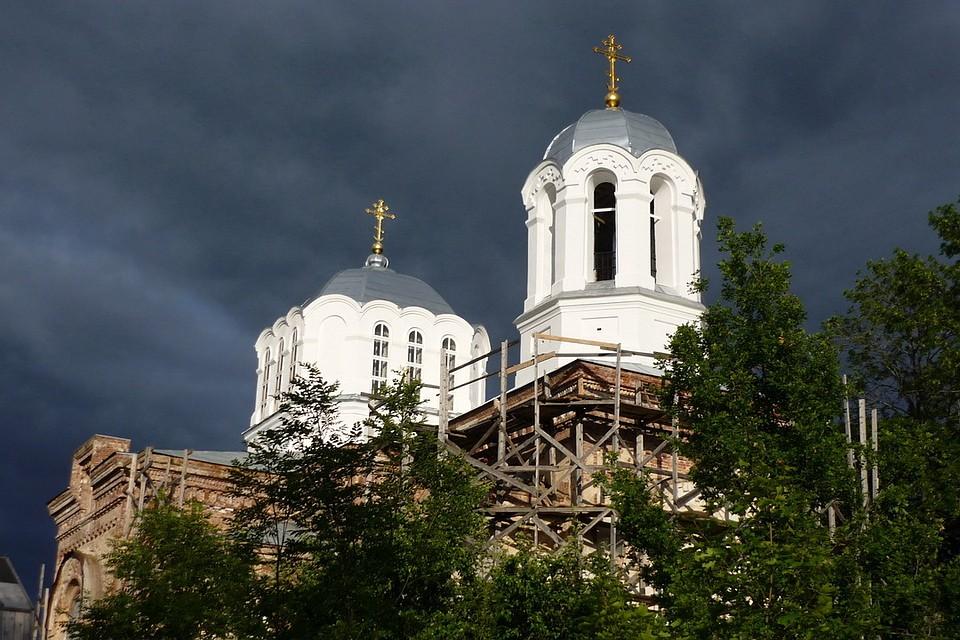Крапивно. Храм. Туча набежала. Фото: Раиса Ильина.
