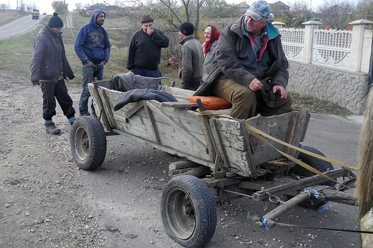 По окончании аграрного сезона большинство работяг едет на заработки в Россию