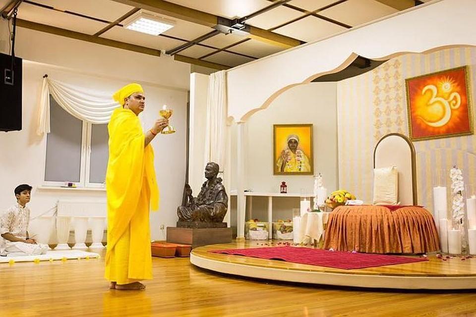 Зал, где Пракаш Джи ведет прием посетителей