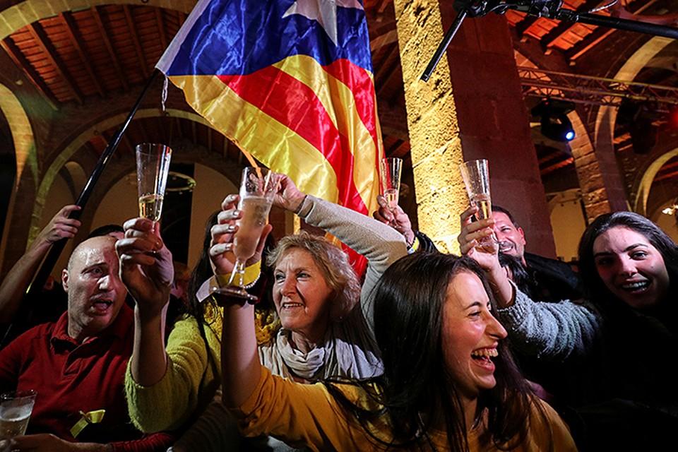 Сторонники независимости Каталонии от Испании празднуют победу. После подсчета голосов стало известно, что партии, которые выступают за автономность республики, получили 70 мест из 135 в местном законодательном органе