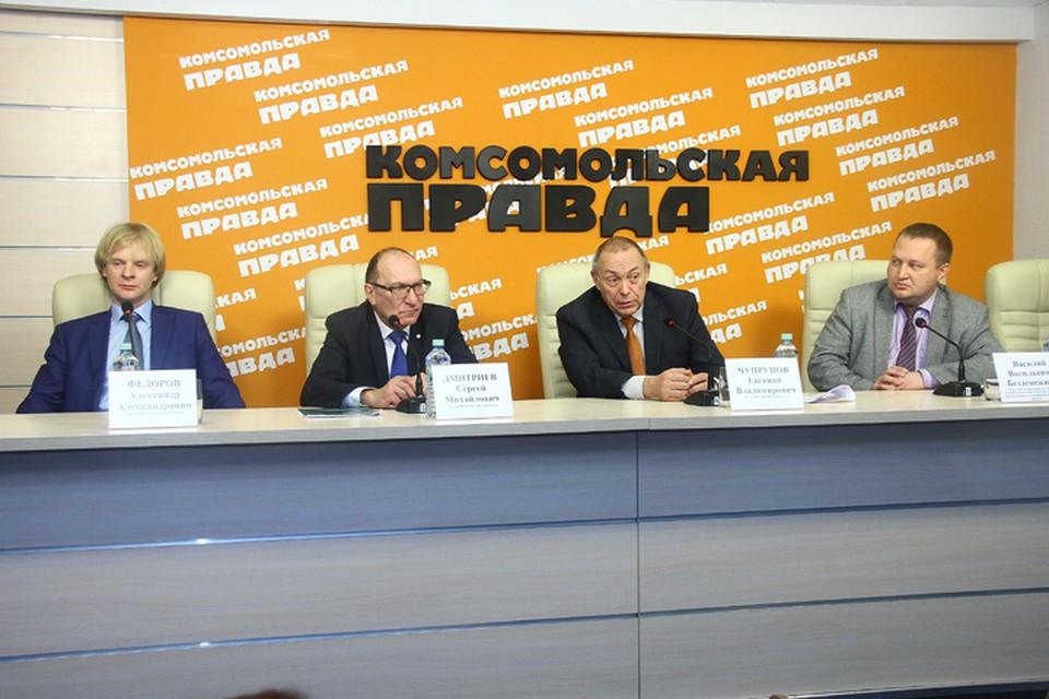 В пресс-центре «Комсомольской правды» слева направо: Александр Федоров, Сергей Дмитриев, Евгений Чупрунов, Василий Безденежных