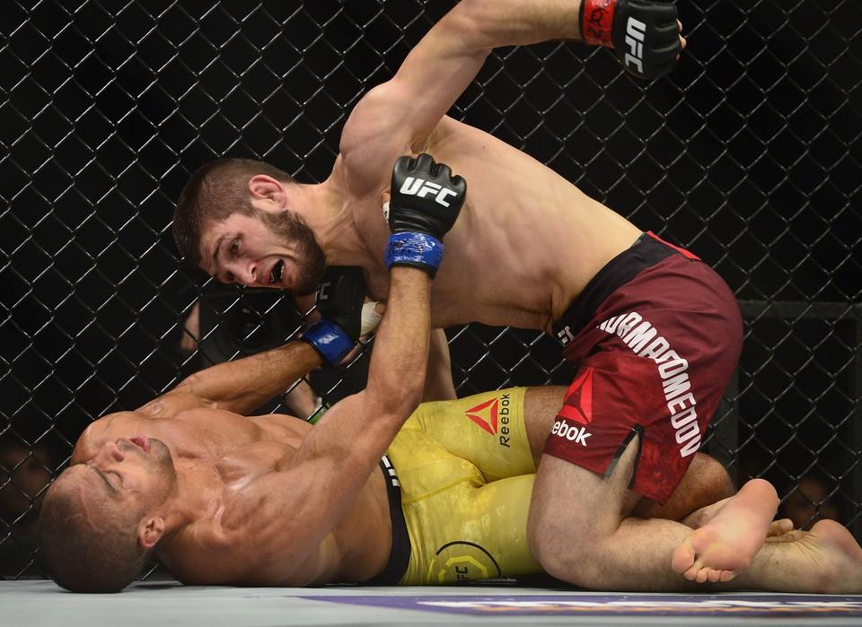 Хабиб Нурмагомедов одержал победу над бразильцем Барбозой в UFC 219.