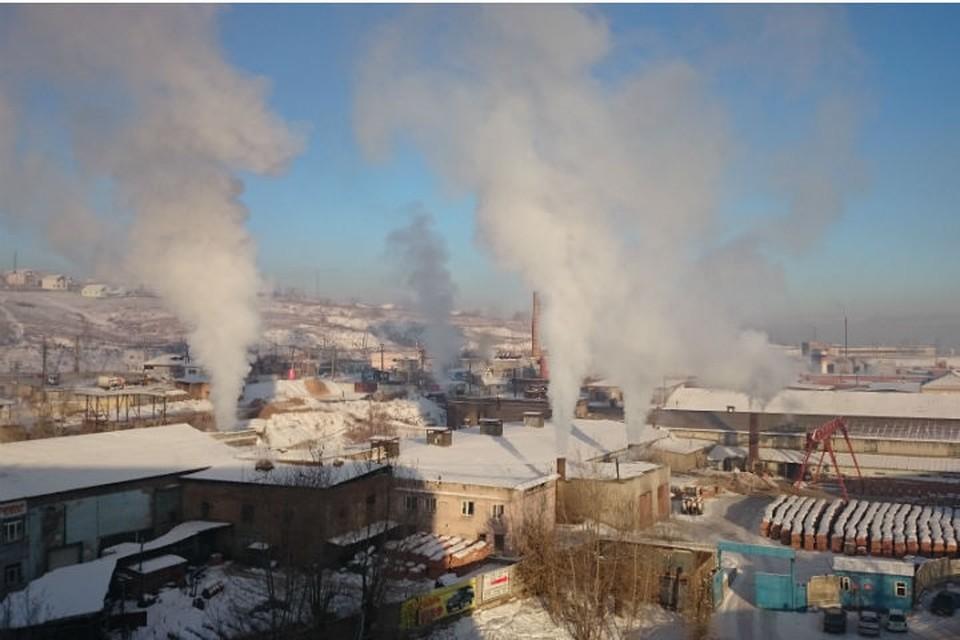 В Красноярск вернулось черное небо. На фото - кирпичный завод на Калинина.