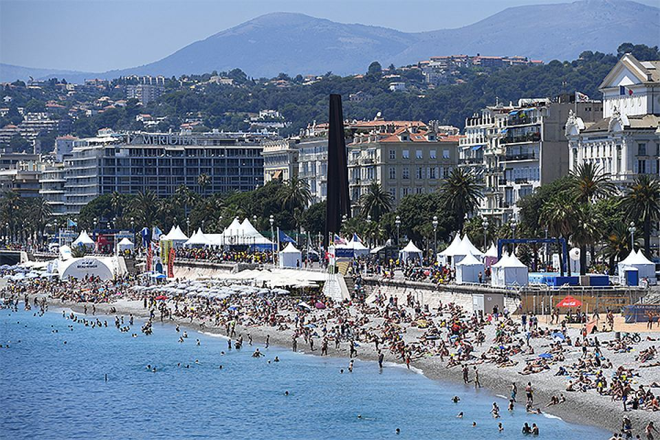 На пляже Ниццы образовалась большая ровная яма