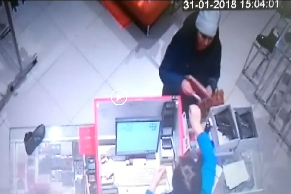 1f959508 Кировчанка обманула продавца обуви на 4,5 тысячи рублей. Фото: скриншот с  видео