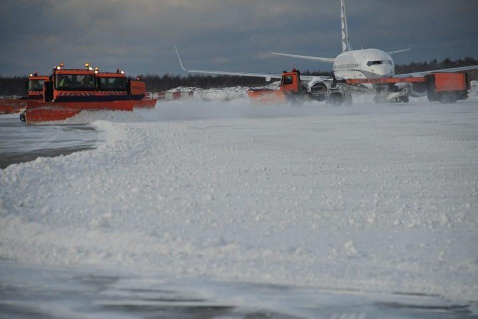 В аэропортах Москвы задержали и отменили более 90 рейсов из-за снегопада