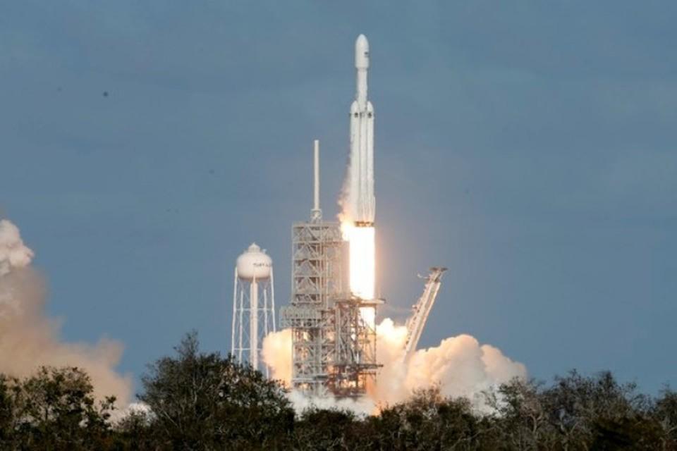 С космодрома на мысе Канаверал впервые стартовала самая мощная из существующих ракет в мире — Falcon Heavy
