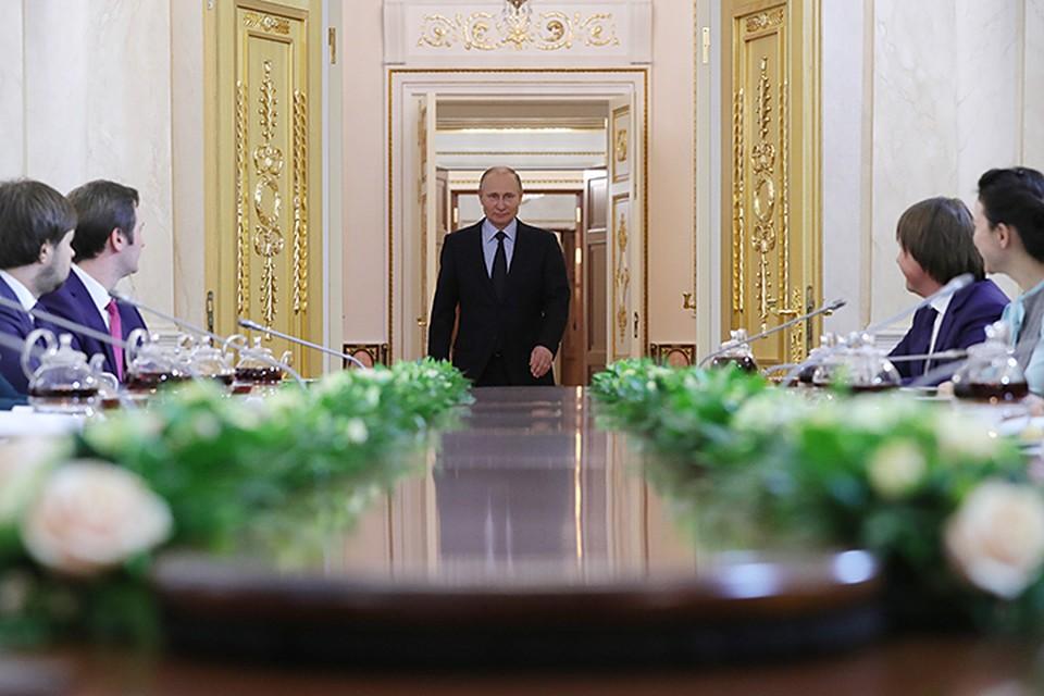 Президент так дотошно расспрашивал пришедших, словно лично подбирал себе кадры для работы. Фото: Михаил Климентьев/ТАСС