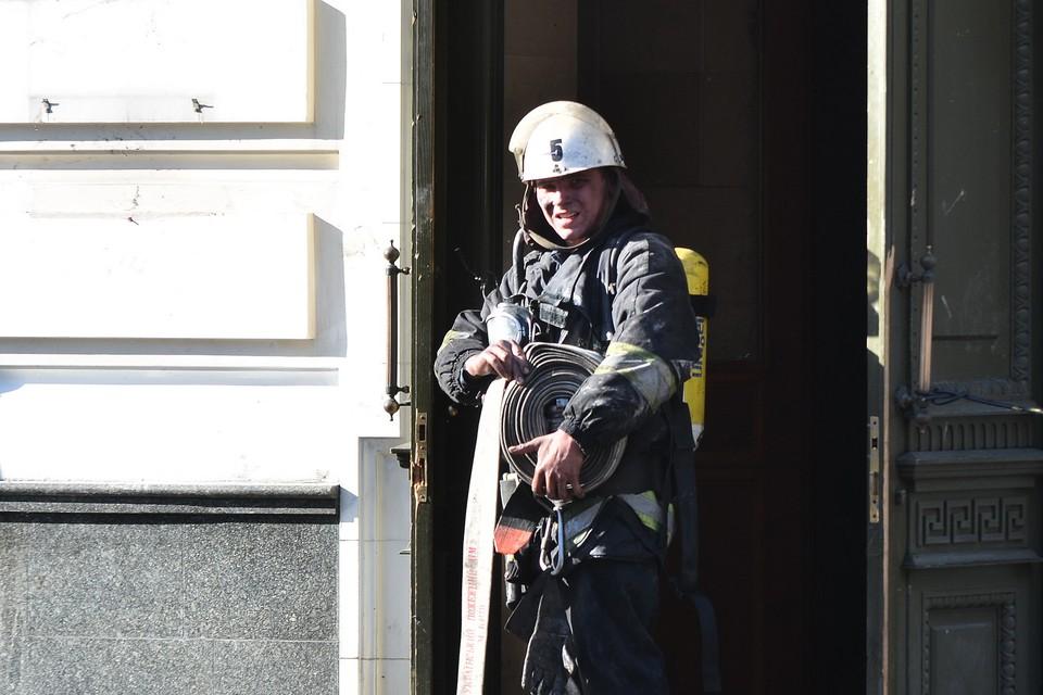 До прибытия пожарных работники редакции пытались справиться с огнем своими силами