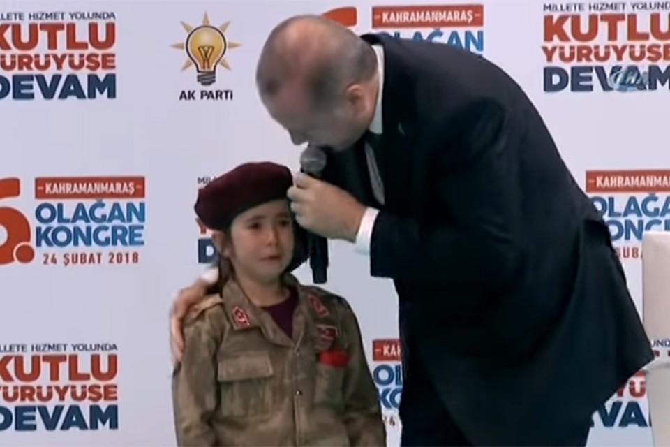 Эрдогана умилила реакция ребенка на его речь