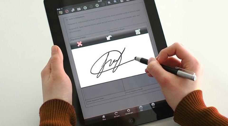 Электронную подпись можно ставить на документах через планшет или дисплей. Фото: Белта