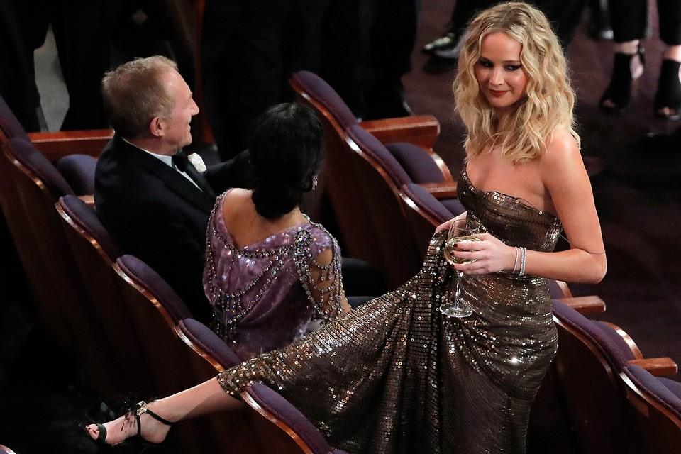 Дженнифер Лоуренс пришла несколько подшофе, и забавно перелезала через кресла перед началом церемонии