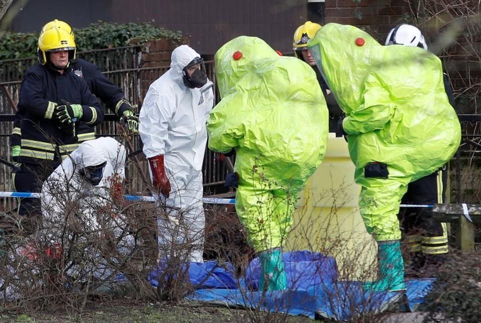 Специалисты в защитных костюмах на месте, где нашли Сергея Скрипаля и его дочь Юлию в бессознательном состоянии