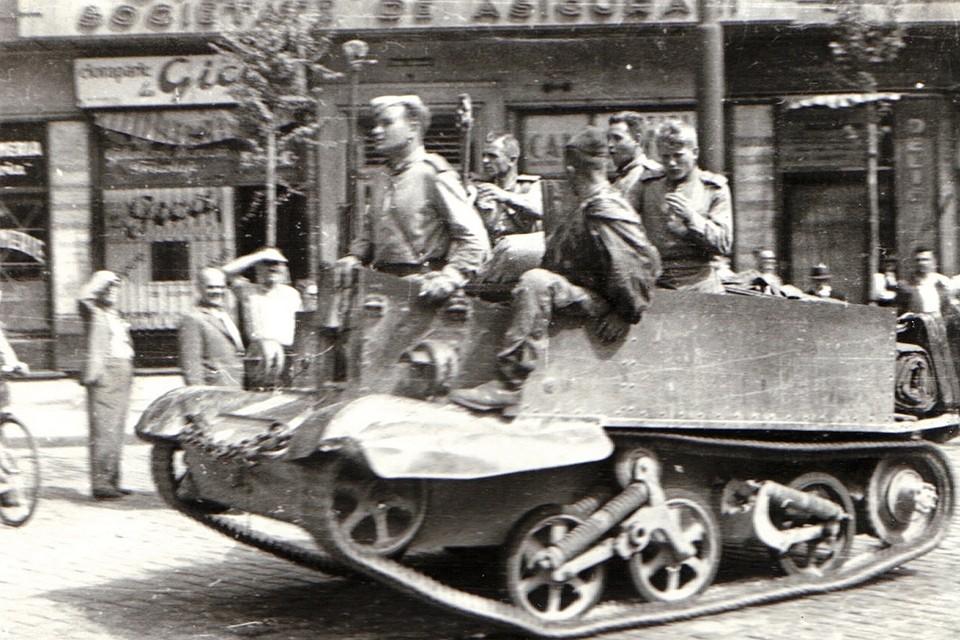 Солдаты Красной Армии на танке, поставленном по программе ленд-лиза.