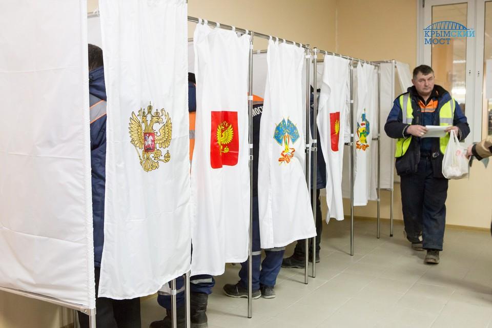 Строители Крымского моста голосуют в нерабочее время. Фото: пресс-центр Крымского моста