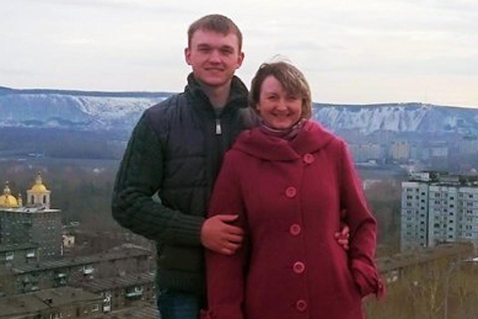 Классный руководитель пропавшего без вести 5-го класса Оксана Евсеева со своим сыном Антоном.