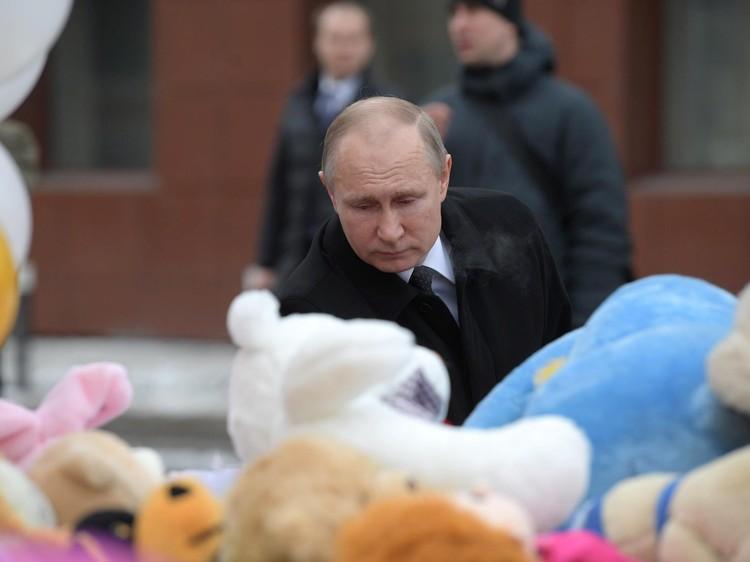 Президент приехал к народному мемориалу рядом со сгоревшим зданием. Фото: Алексей Дружинин/ТАСС