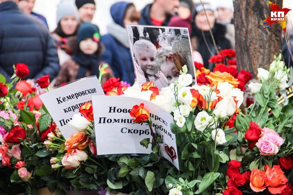К мемориалу памяти возле ТЦ «Зимняя вишня» в Кемерове несут цветы люди со всей Сибири