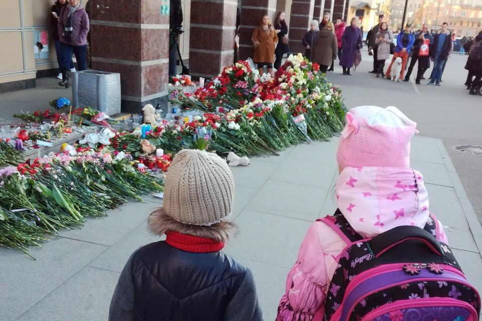 4 апреля вход на станцию был завален цветами. ФОТО: Елена РЕДЬКИНА
