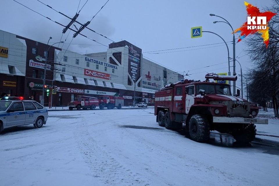 """Собственники и арендаторы """"Зимней вишни"""" просят властей не сносить уцелевшую часть сгоревшего здания"""