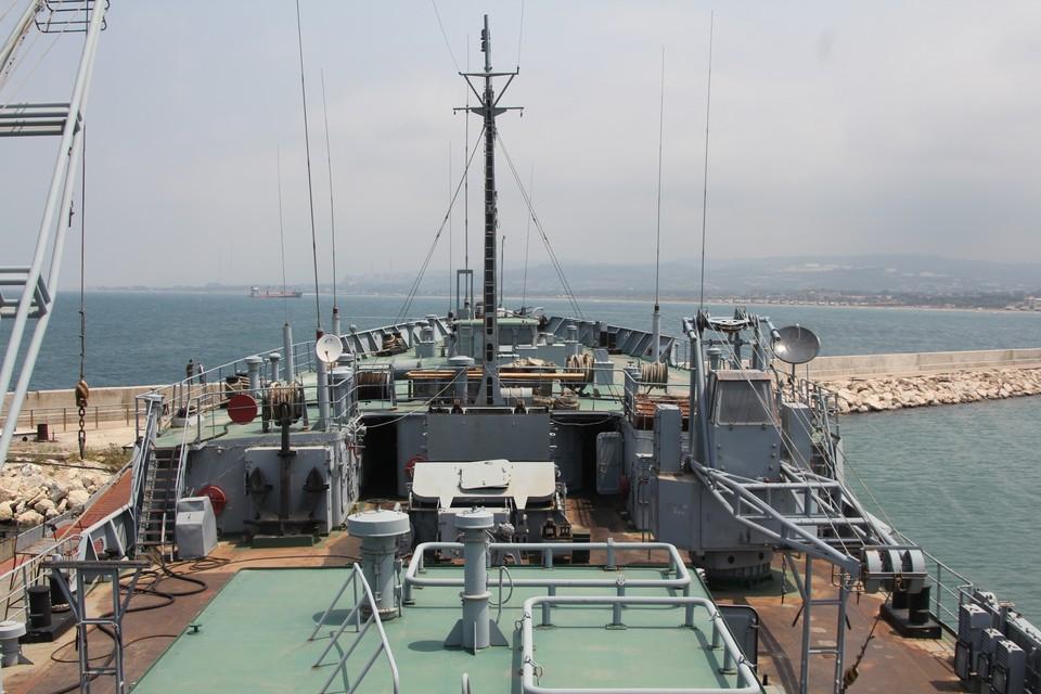Плавучая мастерская ПМ-138 у причала базы в Тартусе