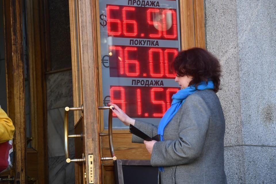 Рубль снова начал укрепляться по отношению к евро и доллару
