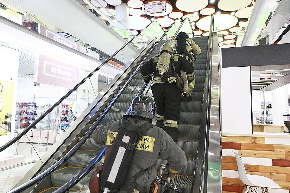 Всего в Москве сотрудники МЧС проверили более 600 крупных объектов на предмет соответствия требованиям пожарной безопасности.