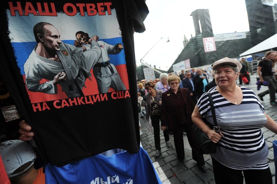 """Вновь актуальная футболка """"Наш ответ на санкции США"""", 2014 год."""
