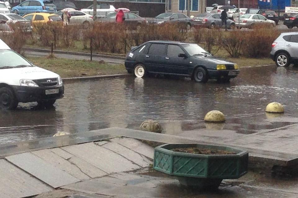 """Вот такой """"бассейн"""" появился сегодня на площади Конституции. ФОТО: vk.com/spb_today."""