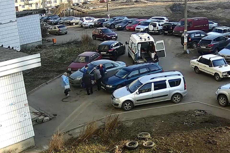 Из-за припаркованных во дворе машин скорая помощь в Дядьково не смогла подъехать к дому больного