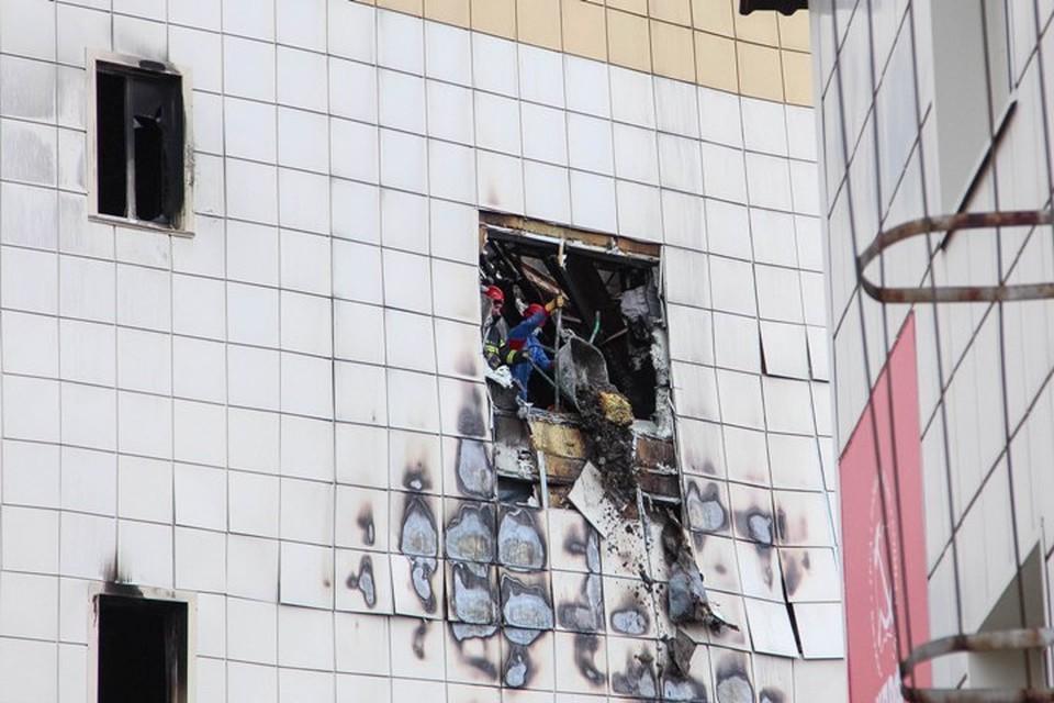 """Пожар в ТРЦ """"Зимняя вишня"""" унес жизни 60 человек"""