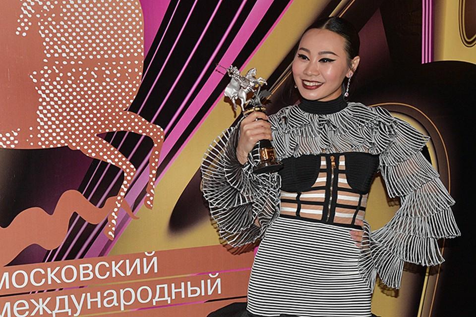 «Ню», режиссерский дебют в кино китайской актрисы и певицы, финалистки проекта «Голос» Ян Гэ, завоевал спецприз жюри