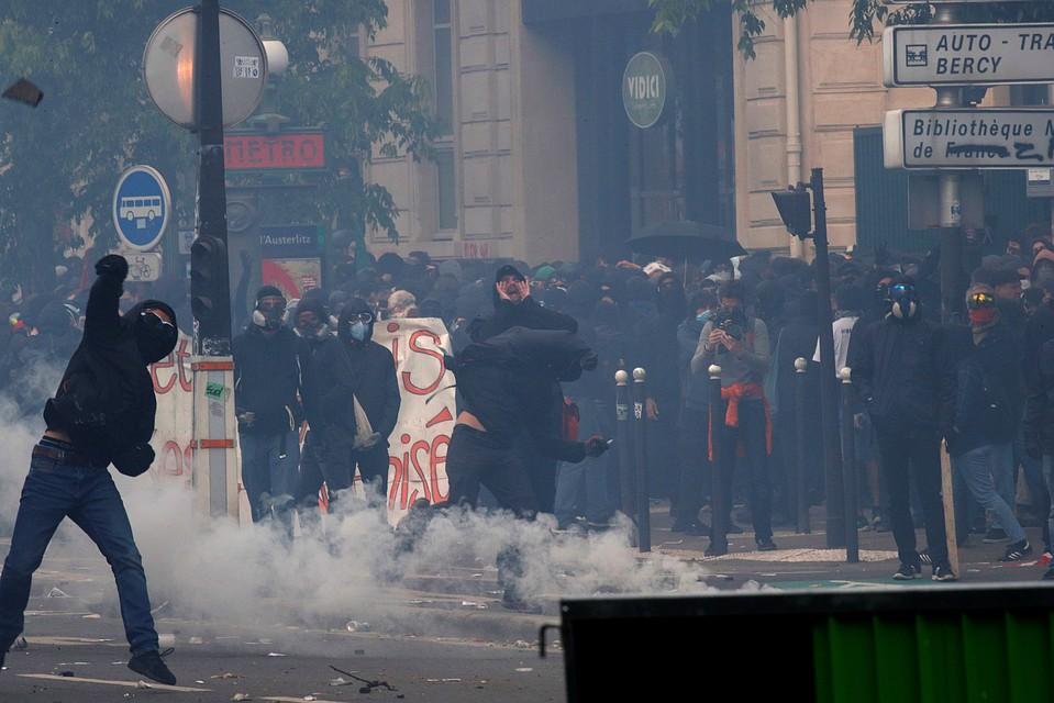 На данный момент известно о нескольких десятках пострадавших в результате столкновений полиции и протестующих