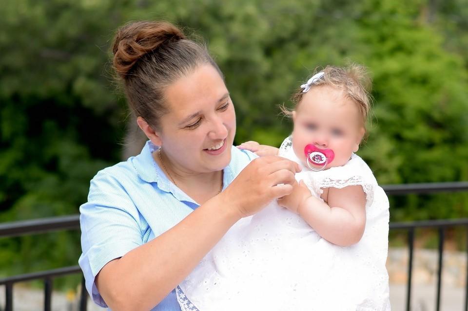 Оксана и Анечка. На снимке малышке полгода. Фото - из личного архива родных