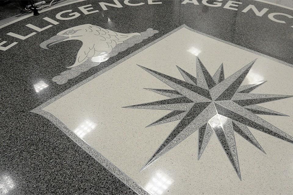Эмблема ЦРУ в штаб-квартире организации.