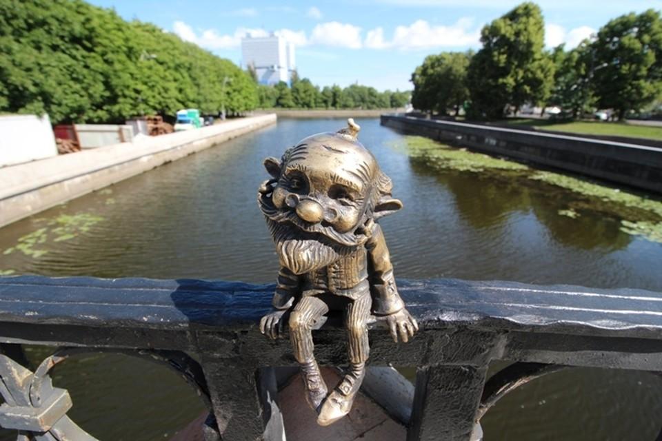 По словам автора, скульптора Андрея Следкова, это только первая фигурка из семи.